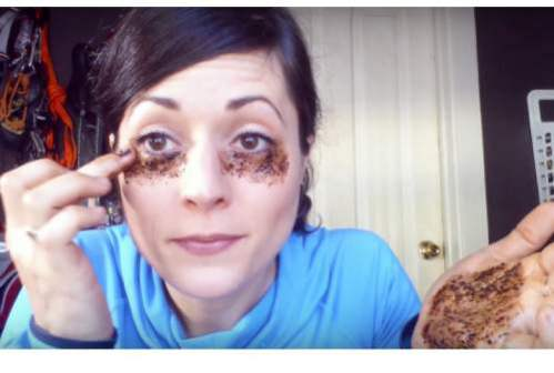She-Applies-Coffee-Under-Her-Eyes-The-Result-Is-Incredible
