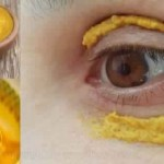 Elle a commencé à appliquer du curcuma autour de ses yeux. 10 minutes plus tard, le résultat est incroyable!