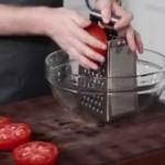 Il prend les tomates et commence à les râper. Une astuce à essayer tout de suite
