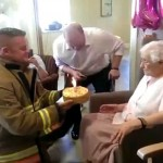 Le pompier grimpe 3 étages pour offrir à cette grand-mère un gâteau pour son 105eanniversaire