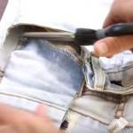 Elle coupe les poches de son jean. Ce qu'elle fait est parfait pour la grossesse!