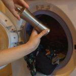Elle verse du poivre noir dans la machine à laver. Vous serez surpris du résultat !