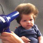 Le bébé le plus chevelu : seulement 9 semaines, mais le sèche-cheveux est déjà indispensable!