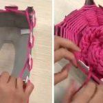 Elle coupe une boite de papier mouchoir. Ce qu'elle réalise va changer votre façon de tricoter