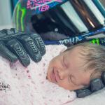 Le papa décédé avant la naissance de sa fille. Sa femme a décidé de la prendre  en photo avec ses gants