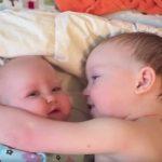 Ce garçon qui réconforte sa petite sœur va vous faire fondre le cœur