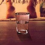 Mettez un verre d'eau sous votre lit chaque nuit. Vous serez surpris des résultats