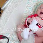 """Le papa réécrit les paroles de """"Jingle Bells"""". La réponse de bébé est géniale!"""