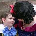 Ce petit garçon autiste tombe sous le charme de Blanche Neige. La réaction de la princesse est géniale!