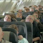 Les passagers s'endorment dans l'avion. Quand une incroyable surprise pour Noël les réveille