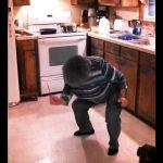 Cette grand-mère était en train de préparer le diner, quand soudain elle entend sa chanson préférée. Génial!