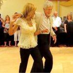 Deux personnes âgées se mettent à danser, le public est épaté devant leur performance