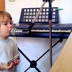 Son papa lui donne un micro et un harmonica et puis il commence à chanter...