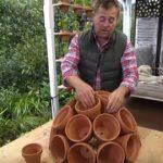 Avec des pots en terre cuite, il réalise une décoration parfaite pour le jardin