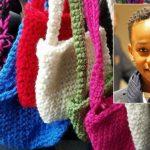 Ce garçon veut aider des sans-abri, il apprend à crocheter et fabriquer des chapeaux, foulards et sacs pour eux