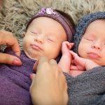 Ces parents engagent une photographe professionnelle pour la première séance photo de leurs jumeaux un moment qu'ils n'oublieront jamais