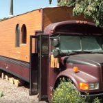 Cet homme achète un autobus scolaire et transforme l'intérieur en une maison confortable