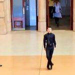 Le garçon commence à danser dans la gare. Quelques secondes plus tard, un flash mob génial se forme