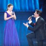12 ans chante une chanson avec un chanteur célèbre - Il se met à genoux quand il entend sa voix
