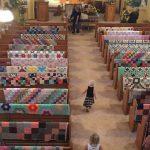 La grand mère est décédée. Sa famille lui rend hommage en posant tous ses tapis pendant ses funérailles