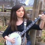 11 ans s'assoit pour jouer du banjo. Des millions sont amoureux de son talent!