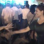 L'adolescent demande à une parfaite inconnue de danser, hypnotise les spectateurs avec ses mouvements incroyables!