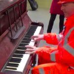 Cet ouvrier aperçoit un piano à la gare. Il paralyse les spectateurs quand il commence à jouer au jazz