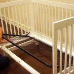 Bébé a grandi. Papa transforme son lit de bébé en une belle pièce pour la maison