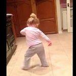Tout le monde est mort de rire quand cette petite fille commence à bouger sur sa chanson préférée