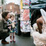 La petite fille prend la mariée pour une princesse réelle du livre qu'elle tient dans ses mains. Sa réaction est tellement émouvante!