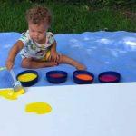 Les parents laissent bébé créer des œuvres d'art pour sa chambre. Ils sont stupéfaits lorsqu'ils voient le résultat