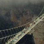 Le pont le plus élevé du monde est entièrement en verre. Seriez-vous capable de le traverserer?