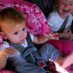 La petite fille se réveille tout d'un coup sieste pour la chanson préférée. A mourir de rire!