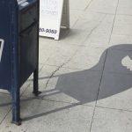 Cet artiste de rue peint de fausses ombres pour mêler les gens