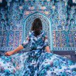Il voyage dans le monde pour photographier des filles dans des robes dans les arrière-plans des plus beaux endroits