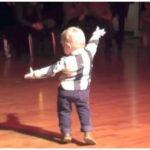 Ce petit danois de 2 ans émerveille le public avec son show incroyable!