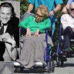 Kirk Douglas, 101 ans, et sa femme Anne Buydens, 99 ans, profitent de l'air frais dans des fauteuils assortis