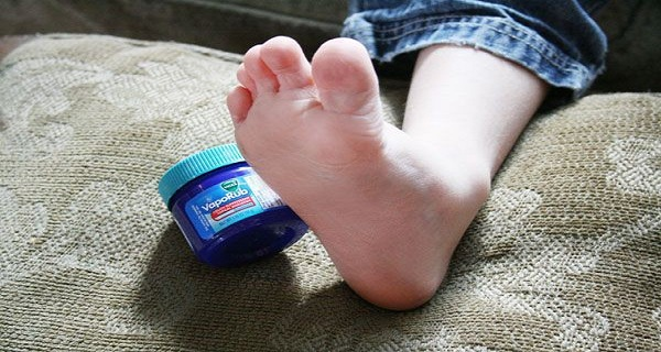 He-Applied-Some-Vicks-VapoRub-On-His-Feet-For-One-BRILLIANT-Reason