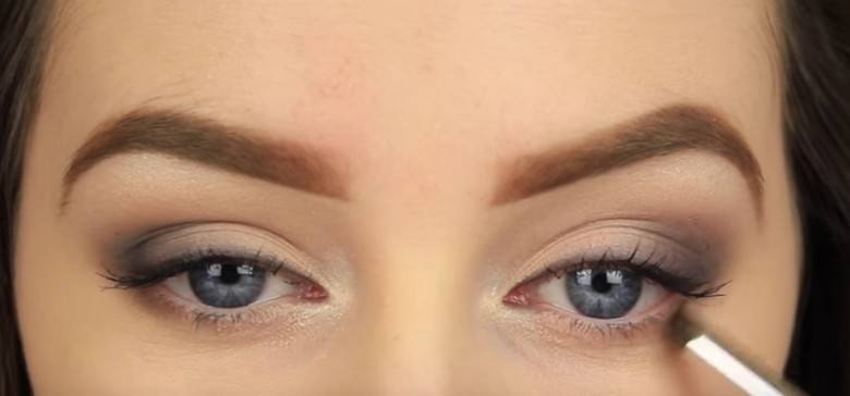 ApplyingLinerforSmokeyEye-780x364