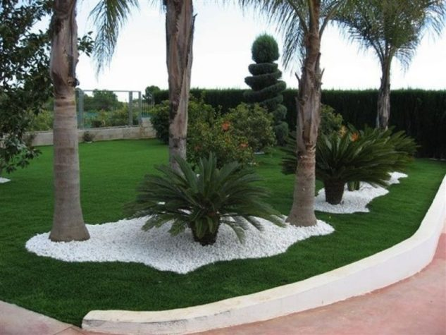 th4_decoracion-de-un-jardin-con-cesped-artificial-y-piedras-blancas-633x475