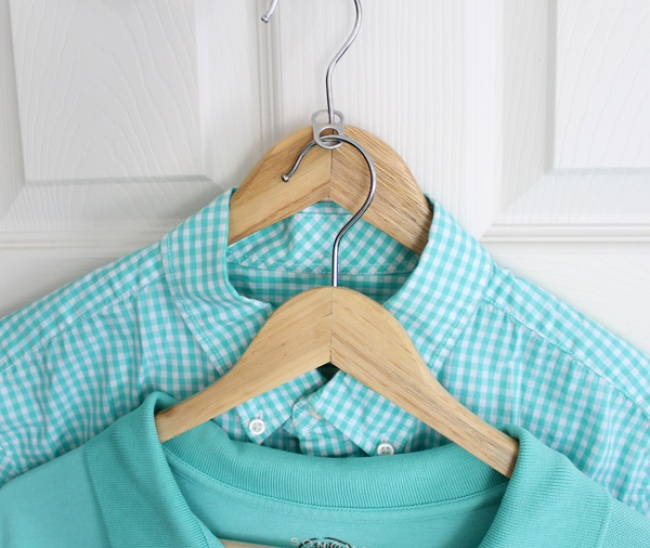 803555-closet-hacks-use-a-soda-tab-to-double-the-hangers-650-445285e8eb-1484633502