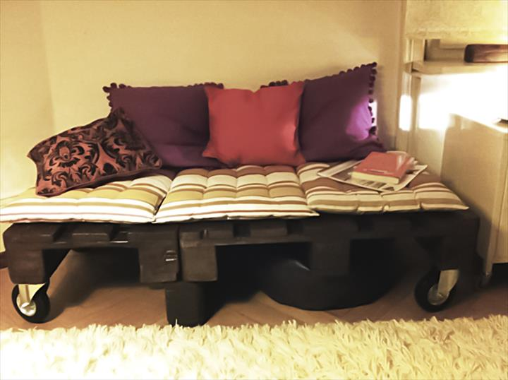cheap-pallet-daybed-on-wheels