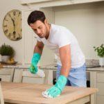Les hommes qui nettoient la maison sont plus heureux, une étude le prouve
